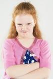 Ritratto naturale della bambina arrabbiata dai capelli rossi caucasica con Immagini Stock Libere da Diritti