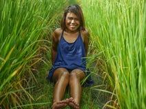 Ritratto naturale e fresco di giovane ragazza asiatica dell'isolano felice ed esotico dall'Indonesia che sorride posa allegra ed  immagini stock libere da diritti