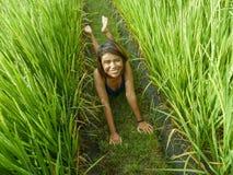 Ritratto naturale e fresco di giovane ragazza asiatica dell'isolano felice ed esotico dall'Indonesia che sorride posa allegra ed  fotografie stock