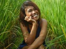 Ritratto naturale e fresco di giovane ragazza asiatica dell'isolano felice ed esotico dall'Indonesia che sorride posa allegra ed  fotografia stock