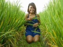 Ritratto naturale e fresco di giovane ragazza asiatica dell'isolano felice ed esotico dall'Indonesia che sorride posa allegra ed  immagine stock libera da diritti