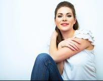 Ritratto naturale sorridente della donna Fondo bianco isolato Fotografia Stock Libera da Diritti