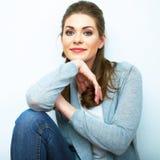Ritratto naturale sorridente della donna Fondo bianco isolato Immagini Stock