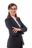 Ritratto orecchie di belle di una donna di affari 50 vecchie nella posa attraversata di armi isolato su bianco Fotografia Stock