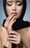 Ritratto orientale della donna di bello modo Ragazza asiatica in un hea nero Immagini Stock