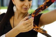 Ritratto orientale della donna di bello modo Ragazza asiatica in un pregare del foulard della viola africana Chiodo rosso fotografia stock libera da diritti