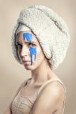 Ritratto originale di bellezza della donna con l'asciugamano bianco Fotografia Stock