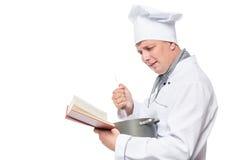 Ritratto orizzontale del cuoco con una pentola e un libro fotografie stock