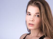 Ritratto orizzontale del primo piano di giovane bella donna con capelli scorrenti lunghi Fotografia Stock Libera da Diritti