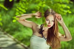 Ritratto orizzontale della giovane donna di sensualità con le vostre mani Immagine Stock