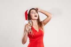 Ritratto orizzontale della ragazza di natale con il bicchiere di vino su fondo bianco Fotografie Stock