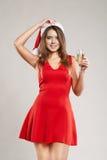 Ritratto orizzontale della ragazza di natale con il bicchiere di vino su fondo bianco Fotografia Stock Libera da Diritti