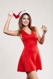 Ritratto orizzontale della ragazza di natale con il bicchiere di vino su fondo bianco Fotografia Stock