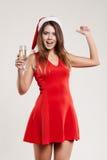 Ritratto orizzontale della ragazza di natale con il bicchiere di vino su fondo bianco Immagine Stock Libera da Diritti