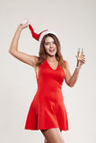 Ritratto orizzontale della ragazza di natale con il bicchiere di vino su fondo bianco Immagini Stock Libere da Diritti