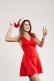 Ritratto orizzontale della ragazza di natale con il bicchiere di vino su fondo bianco Fotografie Stock Libere da Diritti
