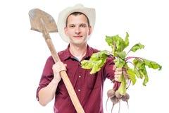 Ritratto orizzontale di un agricoltore con il raccolto della barbabietola in sua mano Immagine Stock Libera da Diritti
