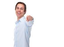 Ritratto orizzontale di un giovane che sorride e che indica dito Fotografia Stock Libera da Diritti