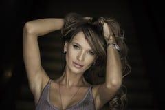 Ritratto orizzontale di una donna Trucco professionale Fondo scuro fotografia stock libera da diritti