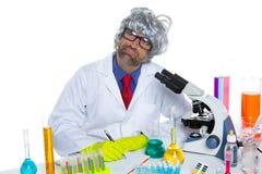 Ritratto pazzo dell'uomo dello scienziato della nullità che lavora al laboratorio Immagine Stock Libera da Diritti