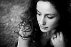 Ritratto pensive della giovane donna immagine stock libera da diritti