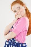 Ritratto piacevole della bambina premurosa e di pensiero che sta AG Fotografia Stock Libera da Diritti