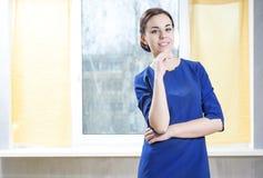 Ritratto piacevole della donna sensuale in vestito blu elegante fotografie stock