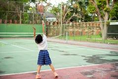 Ritratto posteriore della ragazza asiatica che gioca a tennis al vecchio tennis all'aperto fotografia stock libera da diritti