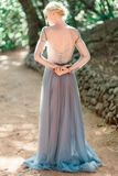 Ritratto posteriore della sposa di stordimento in bello vestito da sposa su sfondo naturale immagini stock libere da diritti