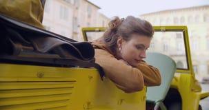 Ritratto rilassato della donna che si appoggia la porta del veicolo nel posto della città Viaggio italiano di amore di vacanza ca stock footage