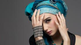 Ritratto romantico della giovane donna in un turbante del turchese con jewe Fotografie Stock