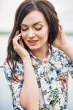 ritratto romantico di giovane bella ragazza con capelli lunghi su wate fotografia stock libera da diritti