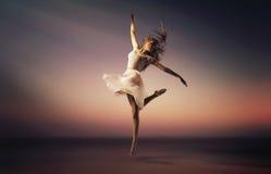 Ritratto romantico di umore del ballerino di salto Immagine Stock