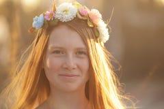 Ritratto rosso della ragazza dei capelli in cerchietto dei fiori Fotografie Stock