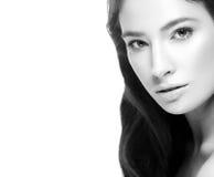 Ritratto sano della pelle del fronte della donna giovane bello in bianco e nero fotografia stock