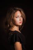 Ritratto scuro del fronte della donna di fascino, bella femmina isolata su fondo nero, sguardo alla moda, colpo dello studio  Fotografie Stock