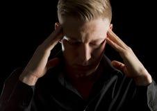 Ritratto scuro dell'uomo serio con gli occhi chiusi. Fotografie Stock