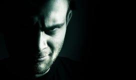 Ritratto scuro della malvagità, diavolo, Male, fronte arrabbiato dell'uomo su un bla immagini stock