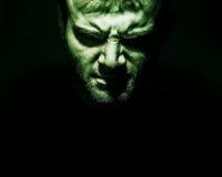 Ritratto scuro della malvagità, diavolo, Male, fronte arrabbiato dell'uomo su un bla fotografia stock
