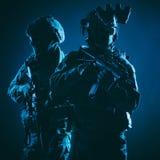 Ritratto scuro dello studio dei combattenti moderni del commando fotografia stock libera da diritti
