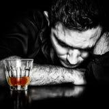 Ritratto scuro di un uomo ubriaco Fotografia Stock