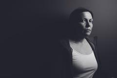 Ritratto scuro intenso della donna triste pensierosa Fotografie Stock Libere da Diritti