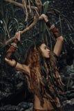Ritratto selvaggio della donna di amazon con le spine dell'albero Fotografia Stock