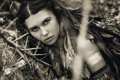 Ritratto selvaggio della donna di amazon con le spine dell'albero Fotografia Stock Libera da Diritti