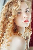 Ritratto sensuale del primo piano di giovane bella donna bionda Fotografia Stock