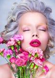 Ritratto sensuale di bellezza della donna graziosa bionda con i fiori Fotografia Stock