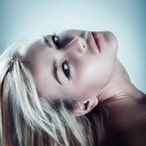 Ritratto sensuale di giovane bello modo biondo della donna Immagini Stock
