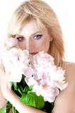 Ritratto sensuale di una donna bionda con i fiori. fotografie stock