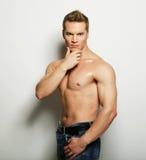 Ritratto sexy di modo di un modello maschio caldo fotografia stock libera da diritti