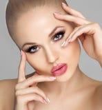 Ritratto sexy di una ragazza con le labbra grassottelle La donna con trucco luminoso, pelle pulita, fronte fresco Occhi luminosi, Fotografia Stock Libera da Diritti